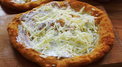 Hungarian's pizza, the is 'lángos'?